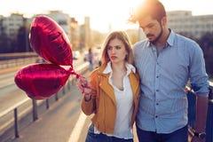 Jeunes couples dans l'amour extérieur - concept sérieux de mode Photos stock