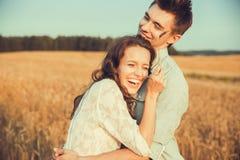 Jeunes couples dans l'amour extérieur Portrait extérieur sensuel renversant de jeunes couples élégants de mode posant en été dans Images stock