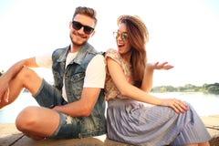 Jeunes couples dans l'amour extérieur Amour, relations et concept de personnes Photographie stock libre de droits