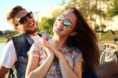 Jeunes couples dans l'amour extérieur Amour, relations et concept de personnes Photo stock