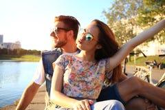 Jeunes couples dans l'amour extérieur Amour, relations et concept de personnes Images libres de droits