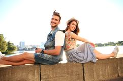 Jeunes couples dans l'amour extérieur Amour, relations et concept de personnes Images stock