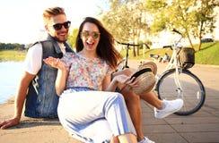 Jeunes couples dans l'amour extérieur Amour, relations et concept de personnes Photos stock