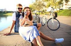 Jeunes couples dans l'amour extérieur Amour, relations et concept de personnes Image stock
