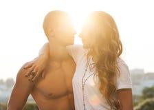 Jeunes couples dans l'amour extérieur Image libre de droits