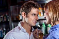 Jeunes couples dans l'amour faisant un pain grillé Photographie stock libre de droits