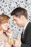 Jeunes couples dans l'amour faisant un pain grillé Photographie stock