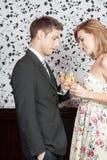 Jeunes couples dans l'amour faisant un pain grillé Images libres de droits