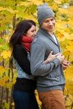 Jeunes couples dans l'amour gambadant en stationnement Photo stock