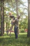 Jeunes couples dans l'amour, homme prenant son amie dans le ciel Photo libre de droits