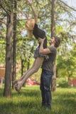 Jeunes couples dans l'amour, homme prenant son amie dans le ciel Images stock