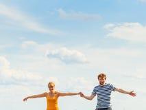 Jeunes couples dans l'amour jouant ayant l'amusement extérieur Image stock