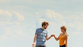 Jeunes couples dans l'amour jouant ayant l'amusement extérieur Photo stock