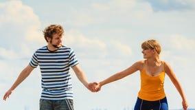 Jeunes couples dans l'amour jouant ayant l'amusement extérieur Photo libre de droits