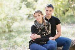 Jeunes couples dans l'amour, jour ensoleillé, regardant l'appareil-photo/style p Photographie stock libre de droits