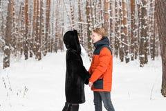 Jeunes couples dans l'amour jugeant des mains extérieures en hiver Photo libre de droits