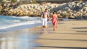 Jeunes couples dans l'amour, l'homme attirant et la femme appréciant égaliser romantique dehors Image libre de droits