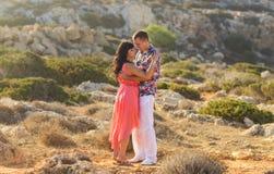 Jeunes couples dans l'amour, l'homme attirant et la femme appréciant égaliser romantique dehors Images libres de droits