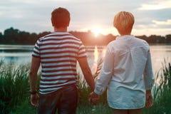 Jeunes couples dans l'amour, l'homme attirant et la femme appréciant la soirée romantique sur la plage Photo libre de droits