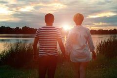 Jeunes couples dans l'amour, l'homme attirant et la femme appréciant la soirée romantique sur la plage Photos stock