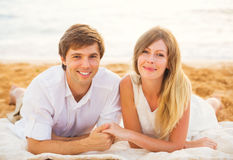 Jeunes couples dans l'amour, l'homme et la femme appréciant l'après-midi romantique Photographie stock libre de droits