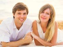 Jeunes couples dans l'amour, l'homme et la femme appréciant l'après-midi romantique Photos libres de droits
