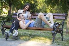 Jeunes couples dans l'amour, l'homme et la femme, se reposant et détendant dans Images libres de droits