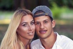 Jeunes couples dans l'amour, le garçon et la fille, étreindre d'adolescents Images stock
