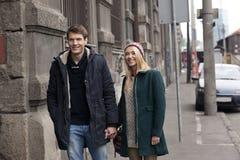 Jeunes couples dans l'amour marchant dans la ville Photo stock