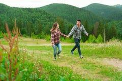 Jeunes couples dans l'amour marchant en montagnes Image libre de droits