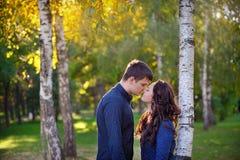 Jeunes couples dans l'amour marchant en parc, le jour de valentine Photos stock