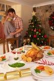 Jeunes couples dans l'amour à Noël Photos libres de droits