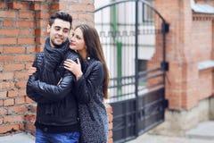 Jeunes couples dans l'amour - portrait extérieur Image stock