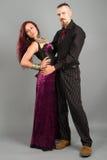 Jeunes couples dans l'amour posant au studio Photos stock