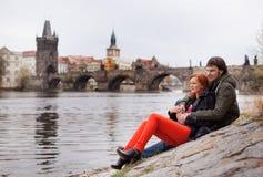 Jeunes couples dans l'amour Prague, République Tchèque Photo stock