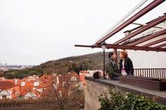 Jeunes couples dans l'amour Prague, République Tchèque Images stock