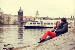 Jeunes couples dans l'amour Prague, République Tchèque Photographie stock