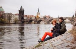 Jeunes couples dans l'amour Prague, République Tchèque Image stock