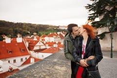 Jeunes couples dans l'amour Prague, République Tchèque Photographie stock libre de droits