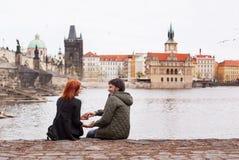 Jeunes couples dans l'amour Prague, République Tchèque Image libre de droits