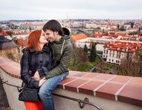 Jeunes couples dans l'amour Prague, République Tchèque Images libres de droits