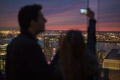 Jeunes couples dans l'amour prenant la photo de Selfie devant New York SK Photo libre de droits
