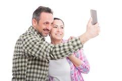 Jeunes couples dans l'amour prenant le selfie Photo libre de droits