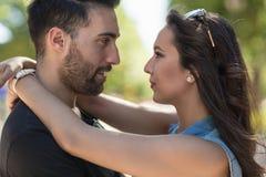 Jeunes couples dans l'amour regardant l'un l'autre yeux Photos stock
