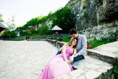 Jeunes couples dans l'amour se reposant ensemble sur un banc en parc d'été Avenir heureux, concepts de mariage cru Photo libre de droits