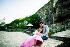 Jeunes couples dans l'amour se reposant ensemble sur un banc en parc d'été Avenir heureux, concepts de mariage cru Image libre de droits