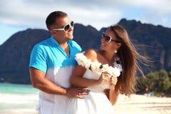 Jeunes couples dans l'amour se sentant heureux sur la plage hawaïenne Photographie stock