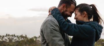 jeunes couples dans l'amour se tenant ensemble Photos libres de droits