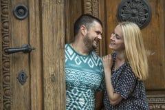 Jeunes couples dans l'amour se tenant près de la porte de la vieille maison Photos stock