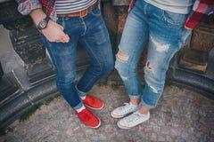 Jeunes couples dans l'amour se tenant sur la rue dans des chaussures en caoutchouc en été Images stock